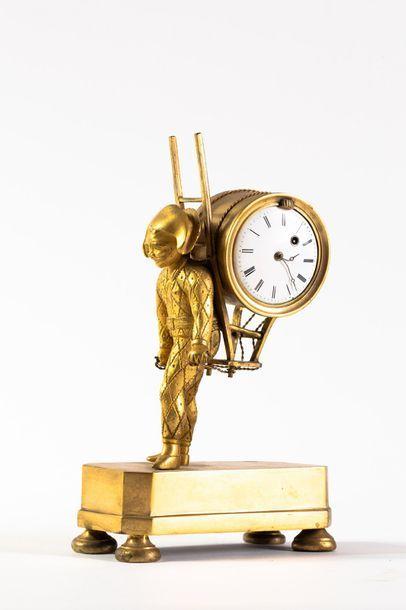 Pendule en métal doré représentant un polichinelle...