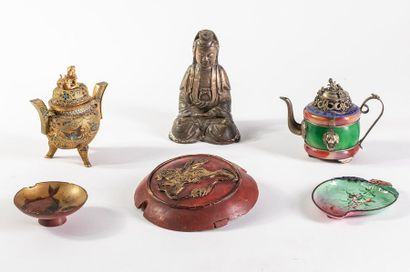 Dans une boîte    Ensemble d'objets asiatique...