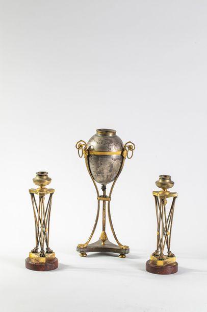 Paire d'athéniennes en bronze patiné et doré,...