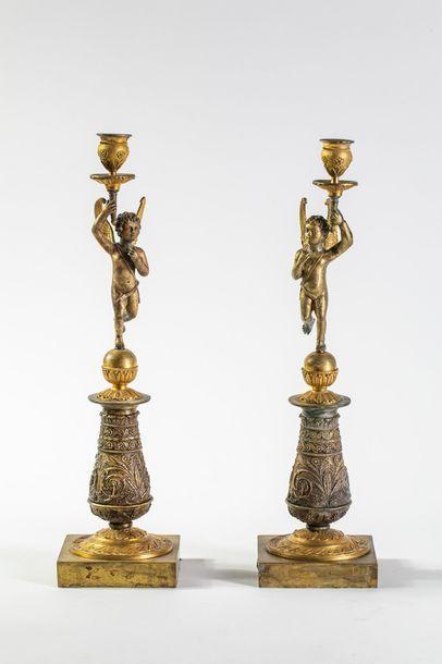 Paire de torchères en bronze ciselé et doré...