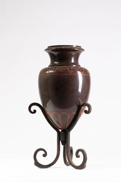 Important vase de forme amphore en métal...