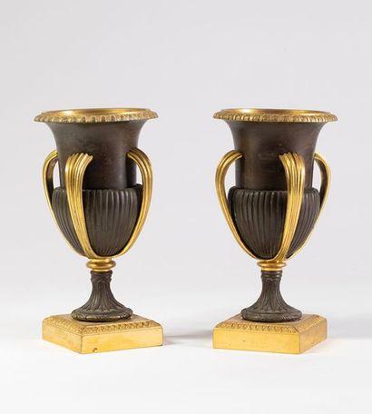 Paire de vases à 4 anses en bronze sculpté,...