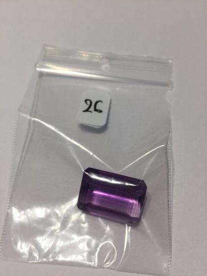 AMETHYSTE rectangulaire taillée à degrés pesant 32,1 carats.