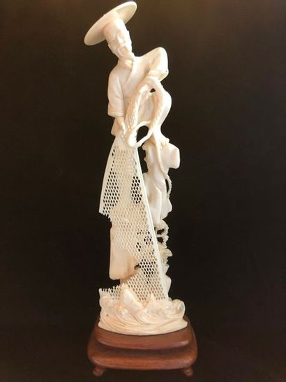 Okimono en ivoire, fin XIXème siècle    Pêcheur...