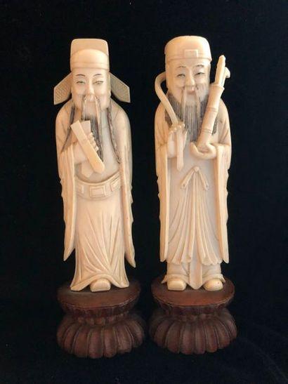 2 okimono en ivoire représentant des sages...