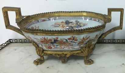 CHINE. Vasque ovale montée en bronze doré,...