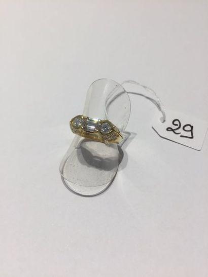 Fine BAGUE en or jaune (750 millièmes) centrée...