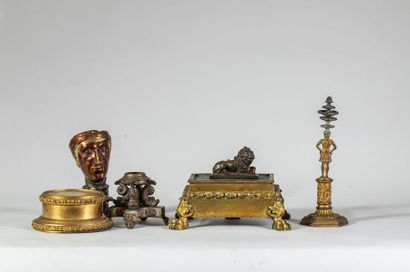 Lot comprenant un socle en bronze doré à...