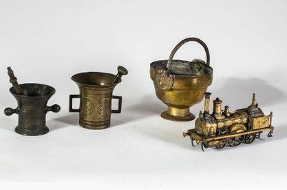 Lot composé de deux mortiers et un pot à...