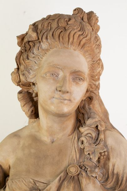 Buste de femme drapée en plâtre patiné