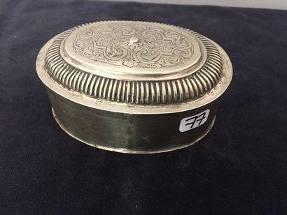BOITE ovale en argent (800 millièmes) ciselée...