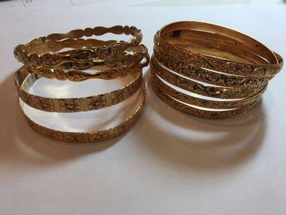 Onze BRACELETS rigides en or jaune (750 millièmes)...