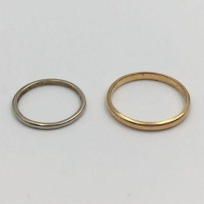 Deux ALLIANCES en or jaune et or gris (750...