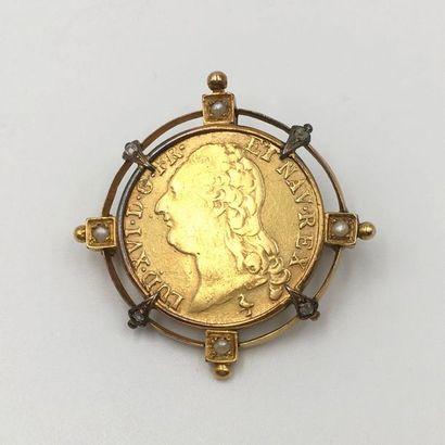 BROCHE circulaire en or jaune (750 millièmes) ajouré, serti d'un Louis d'or  dit...