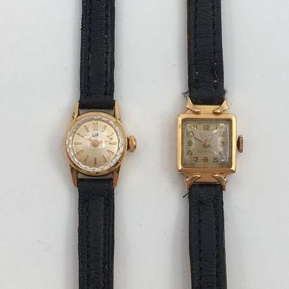 Deux BRACELETS MONTRES, une ronde et une carrée, de dame en or jaune  (750 millièmes)....