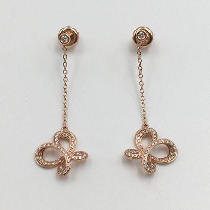 Paire de PENDANTS d'OREILLES en or rose (750 millièmes) composé d'une  chaînette...