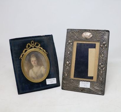 Deux CADRES A PHOTOS, un en bronze doré retenant...