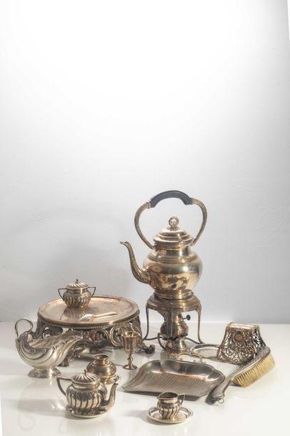 LOT en métal argenté comprenant : une théière...