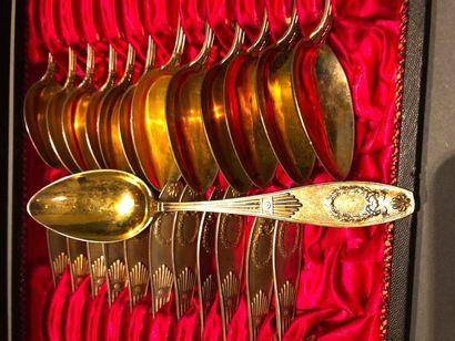 Ecrin comprenant dix huit PETITES CUILLERES et six CUILLERES A CAFE en vermeil (min....