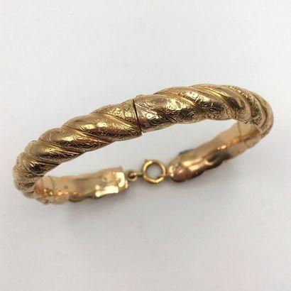 BRACELET semi rigide ouvert en or jaune (750 millièmes) torsadé à godrons  ciselés...