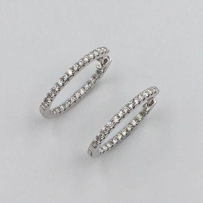 Paire de BOUCLES d'OREILLES « petites créoles » en or gris (750 millièmes)  serti...
