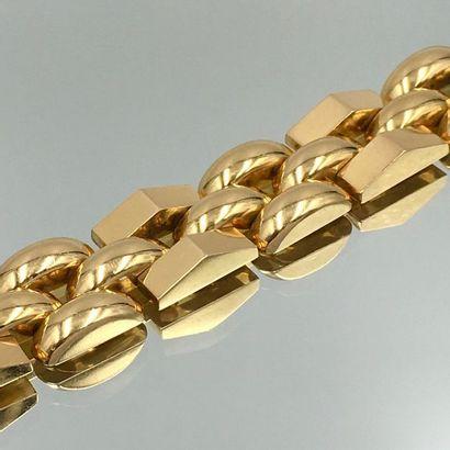 BRACELET en or jaune (750 millièmes) à maillons bombés et géométriques.  Accident...