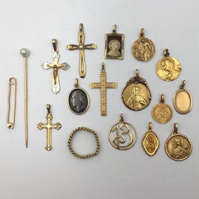 LOT en or jaune (750 millièmes) comprenant :  - quatre PENDENTIFS croix, dont une...