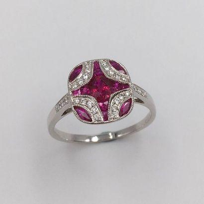BAGUE « coussin » en or gris (750 millièmes) à motif géométrique centré d'un rubis...
