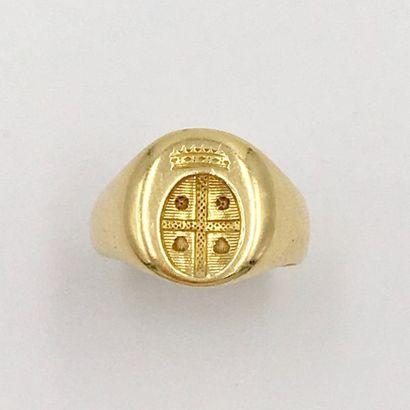 Petite BAGUE chevalière en or jaune (750 millièmes)  gravée d'une armoirie.  Doigt...