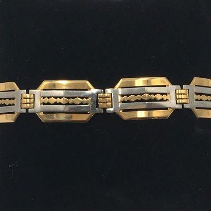 BRACELET géométrique en or jaune et gris (750 millièmes) articulé et ajouré.  Long....