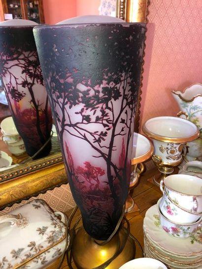 grand vase en verre à décor dégagé à l'acide, vers 1920, cassé et piètement transformé,...