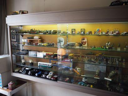 Lot de jouets: voitures, soldats, train....