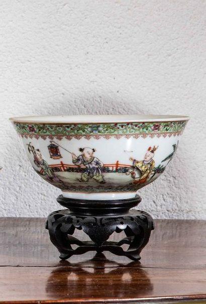 CHINE XXème siècle  Bol en porcelaine à décor...