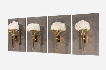 Travail moderne, Deux appliques en bronze patiné et doré, cache ampoule formé d'un...