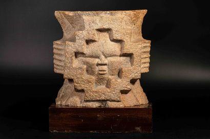 Elément de décor architectural  Un visage joufflu apparait au centre d'une composition...