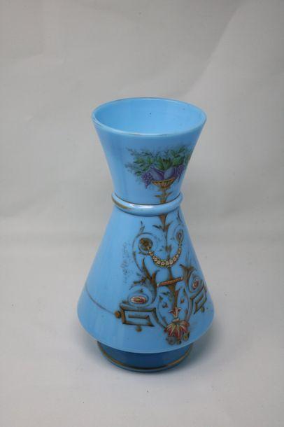 Grand vase en opaline bleue à fin décor or...