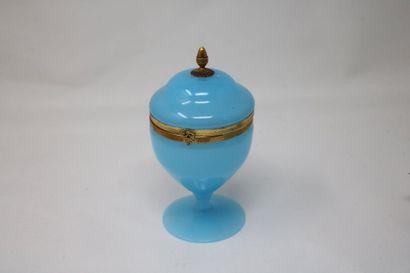 Coupe couverte sur pied en opaline bleue....