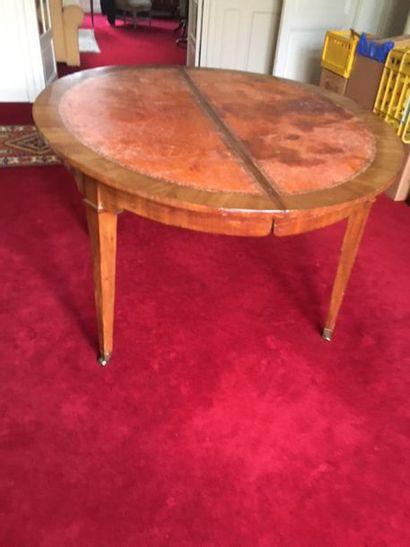 Table ovale en acajou et placage d'acajou...