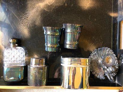 #Lot en métal argenté comprenant une flasque,...