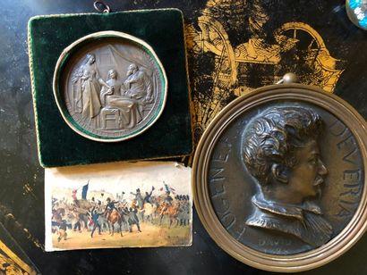#Lot comprenant une médaille en bronze représentant un personnage de profil, une...