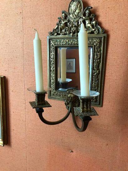 #Paire d'appliques à deux bras de lumières en métal repoussé et fond de miroir