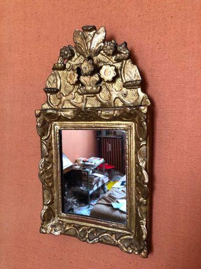 #Miroir en bois et stuc doré, fronton à décor de fleurs  H.57cm