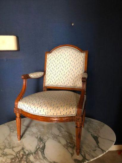 #Suite de 3 fauteuils en bois naturel, dossier...