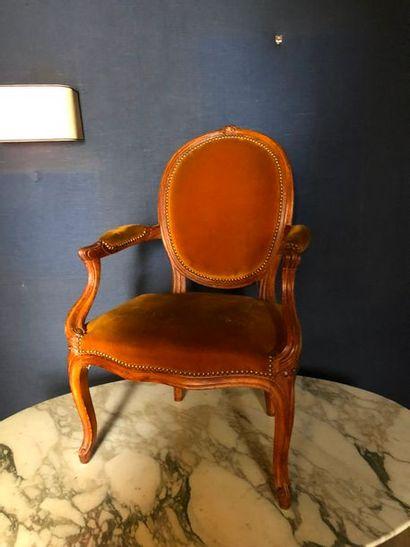#Deux fauteuils à dossier médaillon en bois...