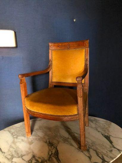 #Un fauteuil et une chaise en bois mouluré...