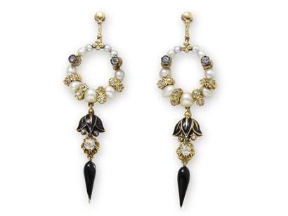 Délicate paire de pendants d'oreilles articulés...