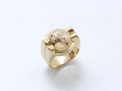Bague en or 750 millièmes, à décor de demi-sphère...