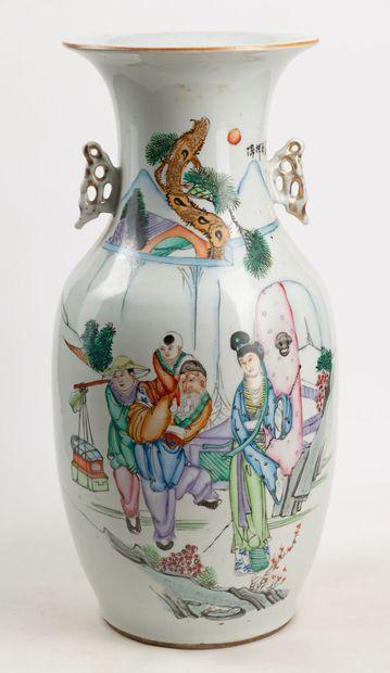 Vase balustre en porcelaine blanche décoré...