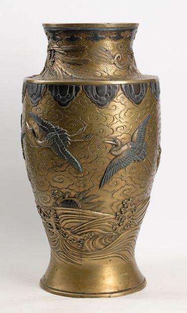 Grand vase balustre en bronze doré d'un décor...