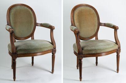 Paire fauteuils Louis XVI à medaillon